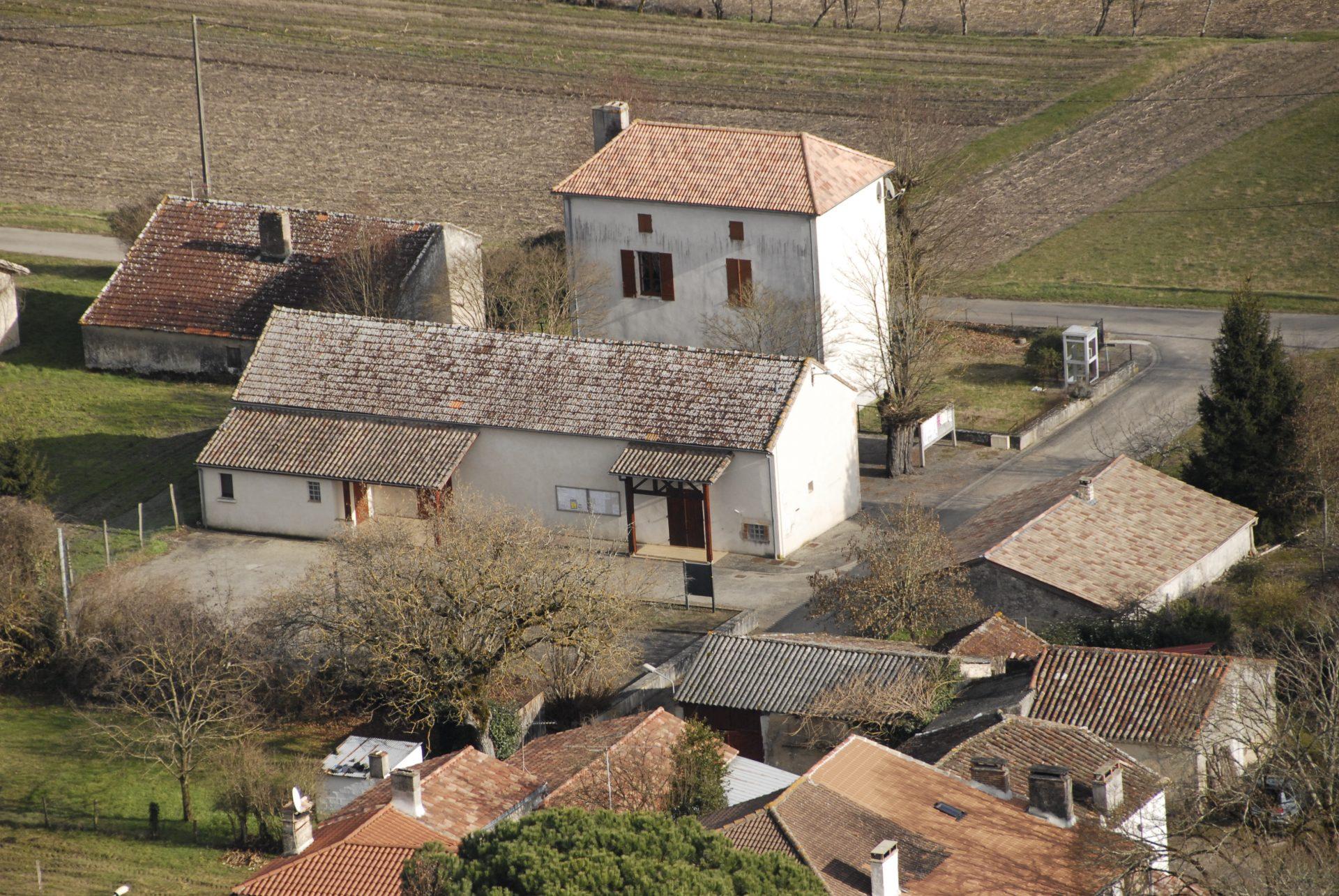 Vue aérienne du village d'Ambrus